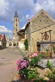 Au puit fleuri rue des pierres à Saint-Père (89450), direction Saint-Jacques-de-Compostelle, dans le département de l'Yonne en région Bourgogne-Franche-Comté, France