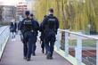 Policjanci na moście podczas patrolu rejonu służbowego.