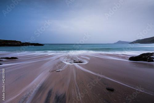 Vistas al mar en la playa con la espuma de las olas
