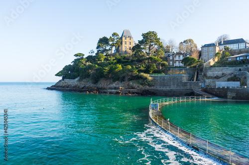 Foto Plage de l'écluse à marée haute et sa piscine naturelle porte d'émeraude, Dinard