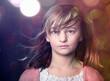 Młoda dziewczyna w świetle kolorowych świateł.