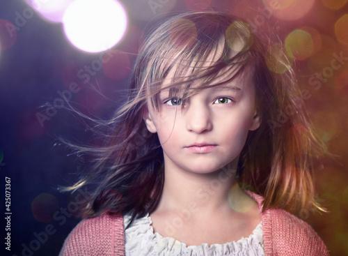 Fototapeta Młoda dziewczyna w świetle kolorowych świateł. obraz