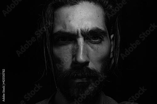 Obraz rostro iluminado desde lo alto cubierto por una sombra  - fototapety do salonu