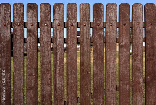 Obraz Brązowy drewniany płot wymagający malowania. - fototapety do salonu