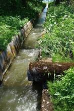 様々な形の用水路と排水溝