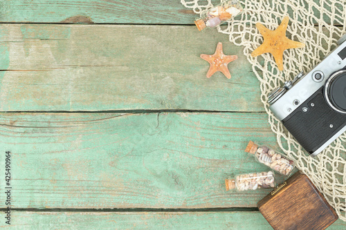 Fotografia Summer wooden sea travel background with starfishes, seashells, photo camera and