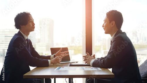Fotografie, Obraz オフィスで会話するビジネスマン