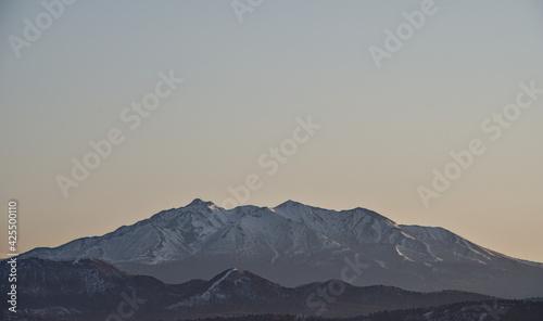 Canvas 夜明けの空を背景にした山の稜線。