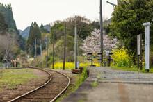 ローカル単線の終点駅のプラットフォームと湾曲して伸びる線路