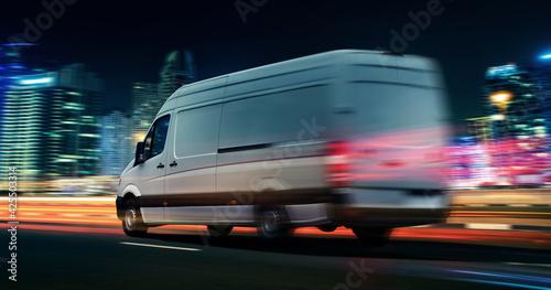 Lieferwagen Van transportiert bei Nacht in einer Stadt Poster Mural XXL