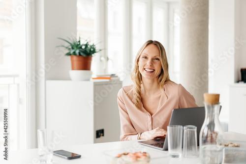 canvas print motiv - contrastwerkstatt : Happy young businesswoman with a vivacious friendly smile