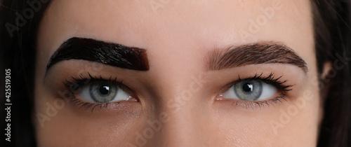 Photo Woman during eyebrow tinting procedure, closeup view
