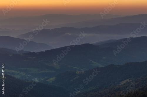 Fototapeta Mglisty wschód słońca w polskich górach.  obraz