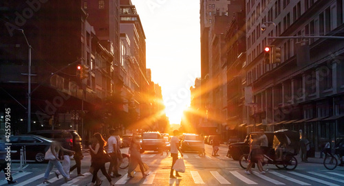 Fotografia Busy intersection with crowds of people and cars on Fifth Avenue in Midtown Manh