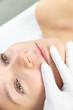 Zbliżenie na usta kobiety w gabinecie kosmetycznym. Zdjęcie przed zabiegiem makijaż permanentny ust. Badanie ust. Salon medycyny estetycznej.