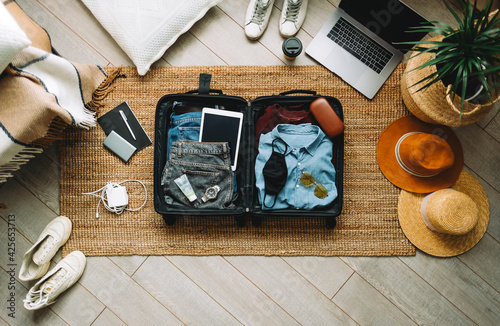 Fotografia Packing suitcase for travel vacation in new normal, top view.