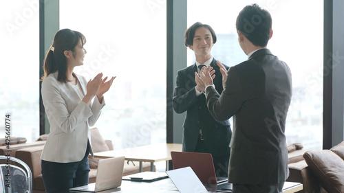 Photo 拍手をするビジネスグループ