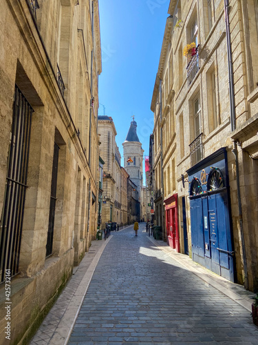 Fototapeta Ruelle pavés et Grosse cloche à Bordeaux, Gironde
