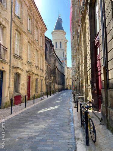 Obraz na plátne Vélo dans une rue pavés à Bordeaux, Gironde