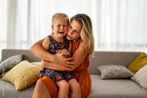 Canvas Mother comforting her crying little girl