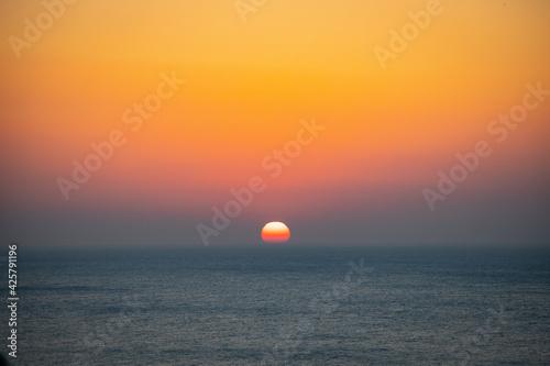 Obraz na plátně 海から日の出中の太陽