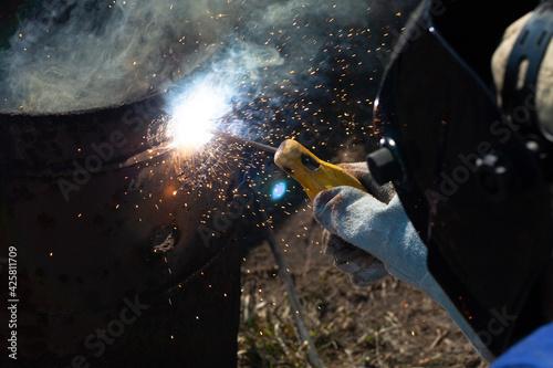Fototapeta An experienced welder at work