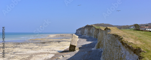Canvastavla Panoramique le blockhaus planté sur la plage témoigne du recul des falaises à Sa