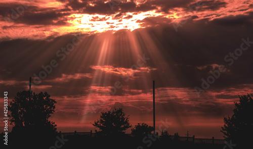 Fototapeta Promienie słońca przebijające się przez chmury obraz
