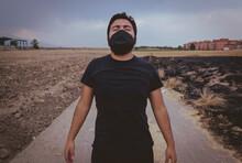 Hombre Mexicano Joven Con Cubrebocas En La Pandemia Covid-19