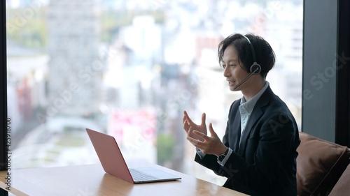 Obraz na plátně パソコンでリモートワークをするビジネスマン