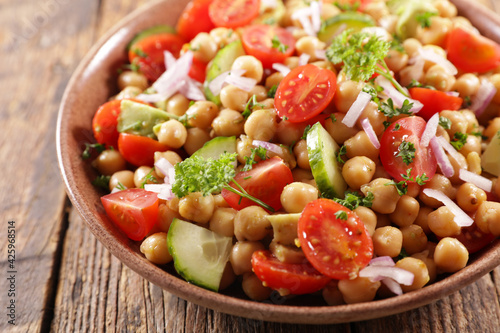 Foto chickpea salad with tomato and cucumber