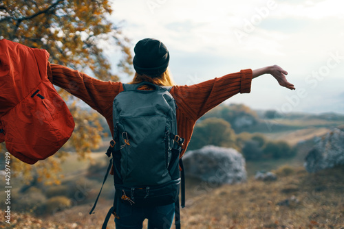 Foto cheerful woman hiker nature freedom landscape lifestyle