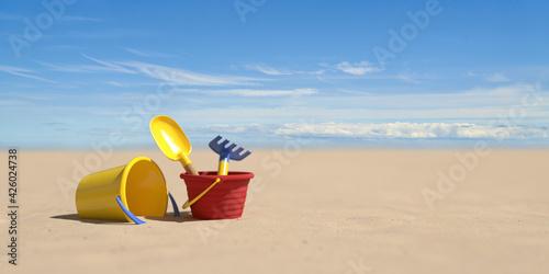 Urlaub am Strand im Sommer mit Eimer und Schaufel