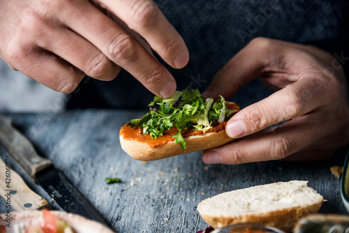 Photo young man prepares a vegan appetizer