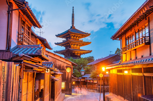 Fotografie, Obraz Ancient buddhist temple of Hokan-ji in old town of Kyoto in the early night