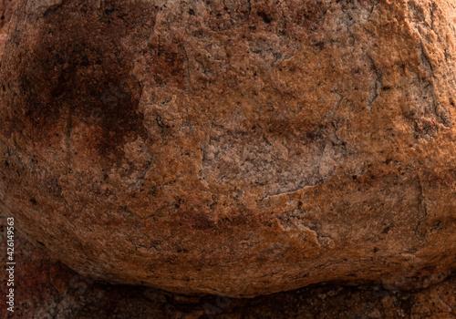 Piękne tło kamienne, skalna tekstura, popękana kolorowa struktura.