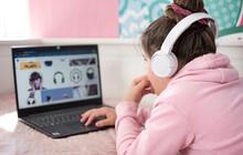 Girl, Children, Computer, Laptop, Cyberspace Web Nastoletnia Uczennica Dziewczyna W Słuchawkach Studiuje W Domu I Robi Notatki. Nastoletni Student Na Odległość Uczenia Się Na Laptopie, Odrabianie Lekc
