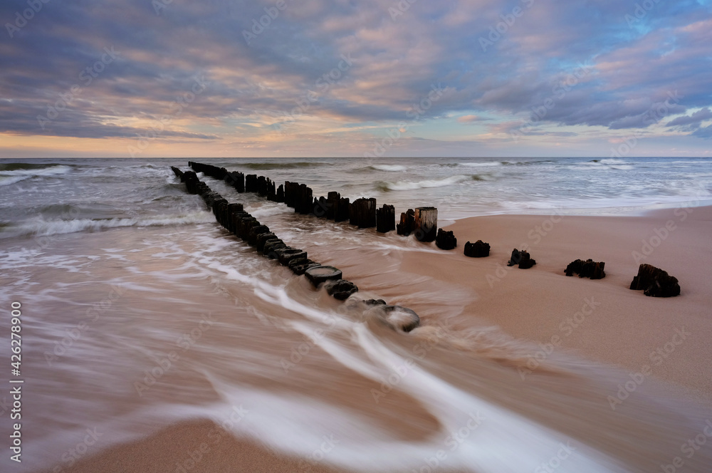 Fototapeta Morze Bałtyckie, falochron na plaży w Kołobrzegu, Polska.