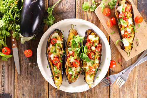 Photo baked aubergine with tomato and mozzarella