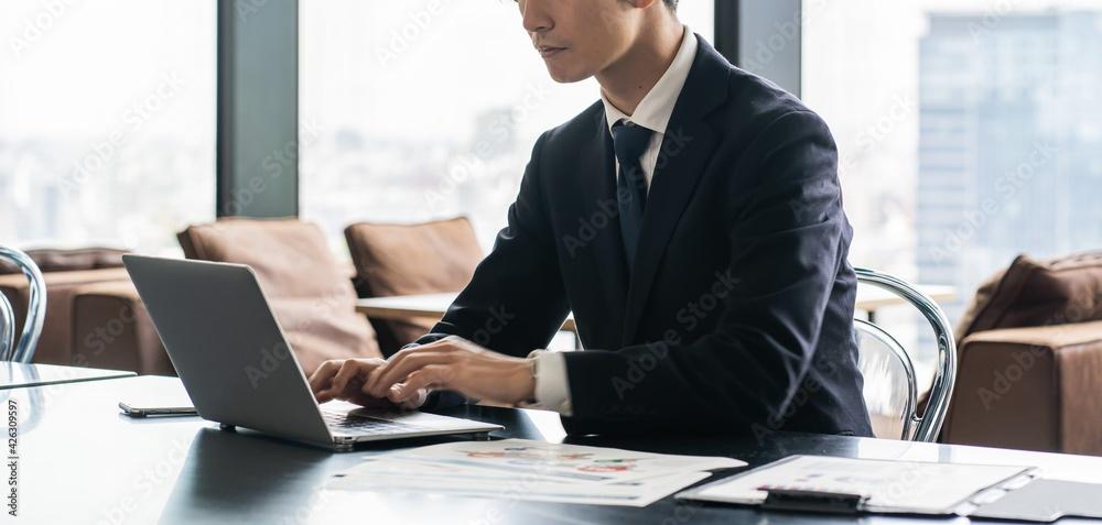 Fototapeta 仕事をする若いビジネスマン