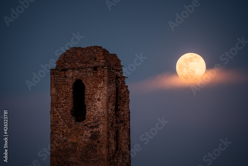 Fotografering the ruins of the church tower and the moonrise in full moon