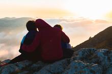 Madre E Hijos Disfrutando Juntos Del Atardecer En Lo Alto De La Montaña.
