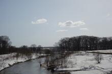 厳しい冬が過ぎた春の北海道の川と河川敷の風景