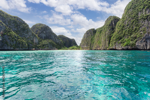 Beautiful tropical island bay at Maya Bay on Phi Phi Leh Island in sunshine day фототапет