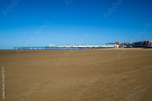 Fotografía Blackpool pier and an empty beach during the covid lockdown at lowtide