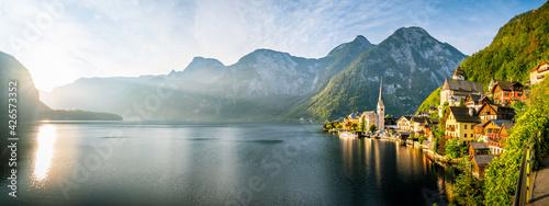 Fotografering Sonnenaufgang am See in Hallstatt Österreich Schiff an Anlegestelle Berg Kirche