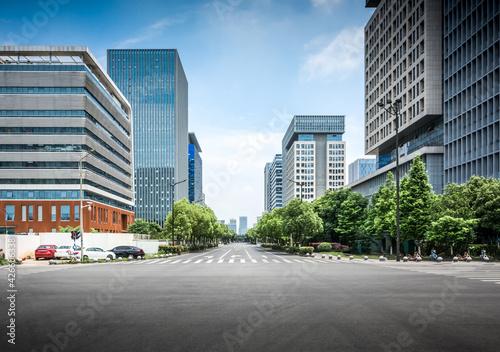 Foto Asphalt road and modern city