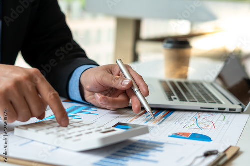 Foto accountant or banker calculating or checking balance