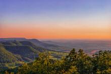 Weite Landschaft Mit Kleinen Bergen Bei Sonnenuntergang
