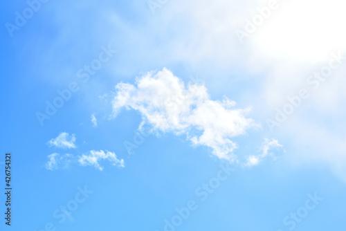 niebo jasno błękitne